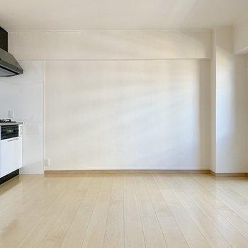壁寄せで食器棚かな。