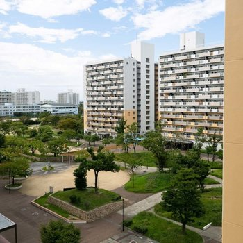 住棟と住棟の間にも、プレイロットや緑地がたくさん