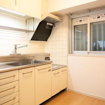 UR賃貸住宅の白いシンプルなキッチン、結構好きです