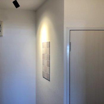 スポットライトが玄関を照らします!