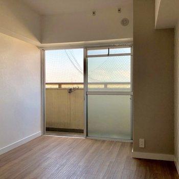 玄関側の洋室も柔らかい日当たりで落ち着く雰囲気。