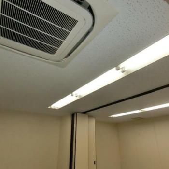 空調と蛍光灯