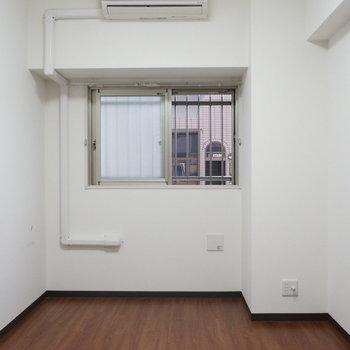 寝室には小窓あり(※写真は1階の同間取り別部屋のものです)