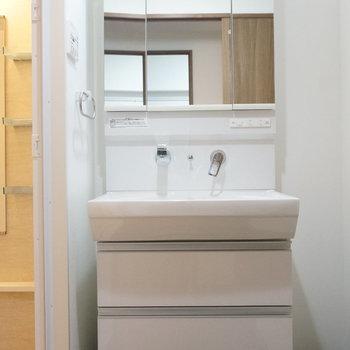 シャワーヘッドですらおしゃれな独立洗面台(※写真は1階の同間取り別部屋のものです)