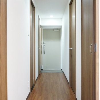 廊下に扉がいっぱい(※写真は1階の同間取り別部屋のものです)