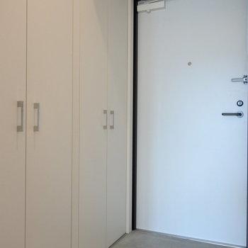 土間っぽい玄関。シューズボックスの収納力が半端ない。(※写真は8階の同間取り別部屋のものです)