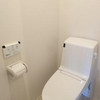 トイレはシンプルに。(※写真は8階の同間取り別部屋のものです)