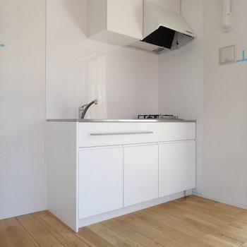 シンプルなキッチンが映えますね。冷蔵庫は白がいいかな。キッチンおとなりに置いて。(※写真は8階の同間取り別部屋のものです)
