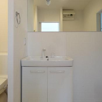 鏡が大きな洗面。(※写真は8階の同間取り別部屋のものです)