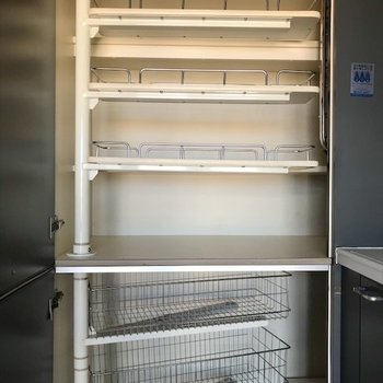キッチンにも保存食など置ける収納があります!