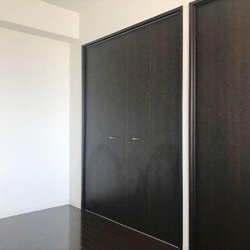 この部屋は寝室にしましょうか。