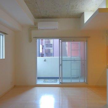 2面窓で採光良し。※写真は同タイプの別室。