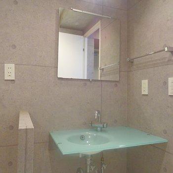 シャープな洗面台。※写真は同タイプの別室。
