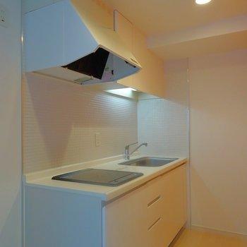 キッチンも広めでお料理しやすい。※写真は同タイプの別室。
