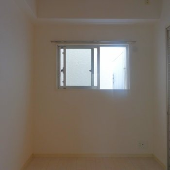 開けると寝室でした。※写真は同タイプの別室。