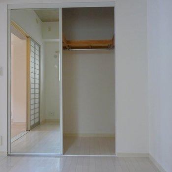 両面鏡付のクローゼットも完備。※写真は同タイプの別室。