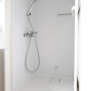 こちらはシャワールーム。デザイン性の高いシャワーヘッドもよいですね。