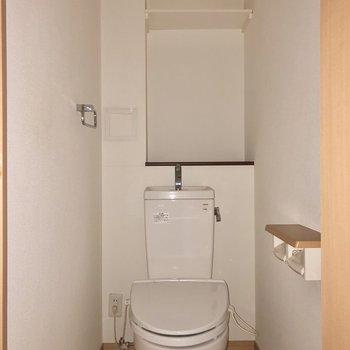 トイレにも収納付きで足元スッキリ※写真は通電前・フラッシュを使用して撮影しています