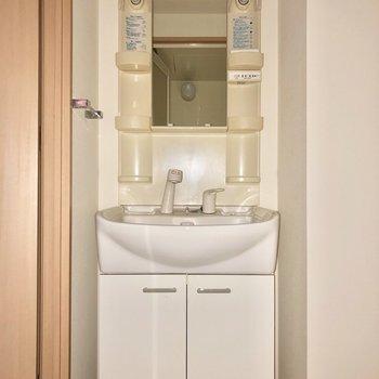 朝の髪型チェックもしやすい独立洗面台です※写真は通電前・フラッシュを使用して撮影しています