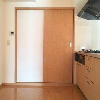 キッチンは広いので棚や冷蔵庫は後ろにおけます!(※写真は5階の同間取り別部屋、モデルルームのものです)