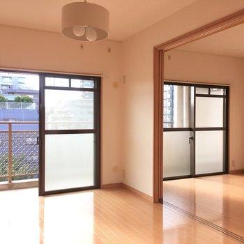扉をオープンにして広々と開放的に(※写真は5階の同間取り別部屋、モデルルームのものです)