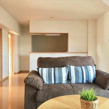 ソファー置いて家族の憩いの場所へ(※写真は5階の同間取り別部屋、モデルルームのものです)