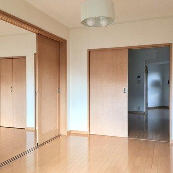 いろんな扉がありますね(※写真は5階の同間取り別部屋、モデルルームのものです)