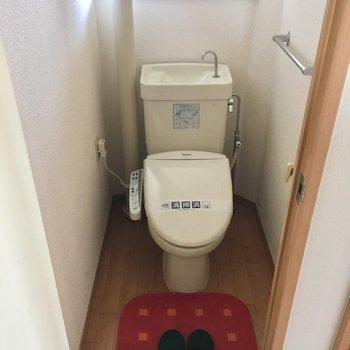 窓付き明るいトイレです!(※お写真の家具は見本です)(※写真は5階の同間取り別部屋、モデルルームのものです)