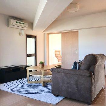 シンプルな家具でこの空間を楽しんで(※写真は5階の同間取り別部屋、モデルルームのものです)
