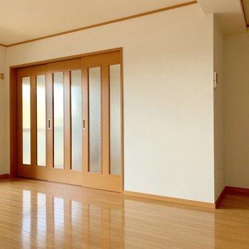 洋室は3枚の引き戸で仕切るタイプ。(※写真は清掃前のものです)