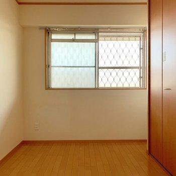 玄関横の洋室。(※写真は清掃前のものです)