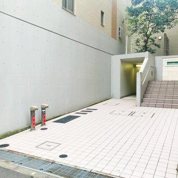 正面入り口。階段をのぼるとエントランスに繋がります。