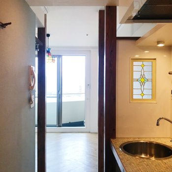 キッチンからの眺め。壁フックもありますよ。