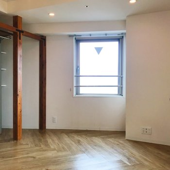小窓正面にして。右側には、豆タイルの棚があります。