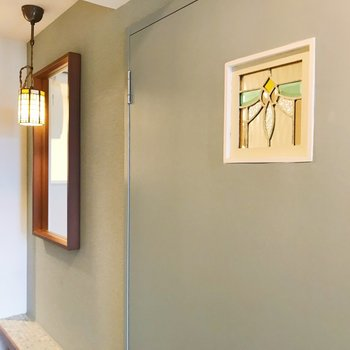 【ディテール】扉と玄関のステンドグラス。