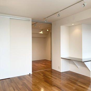 【LDK】奥の扉を開けると洋室があります。