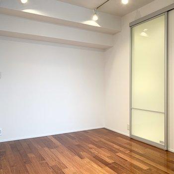【洋室】曇りガラスの扉が素敵です。