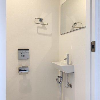 トイレの向かい側は洗面台も鏡も付いています。