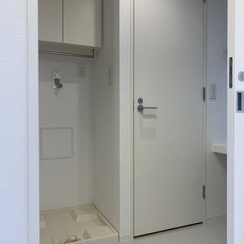 脱衣所を開けると洗濯機置場が迎えてくれます。