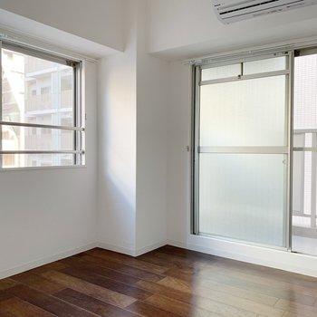 お次は洋室。角部屋の醍醐味、2面採光。エアコンも付いていてテレビも設置可。寝室にちょうど良いですね!