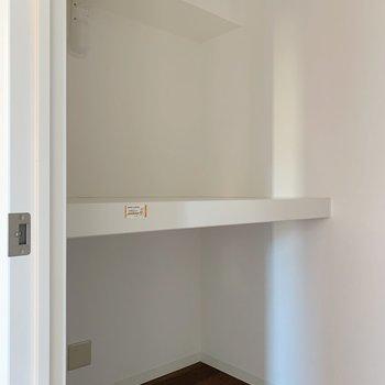 反対側には棚が。使い勝手が良さそうです。けっこうなスペースがありましたよ。