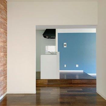 こちらからキッチンが見えますね。シェルフで仕切って書斎として使っても◎