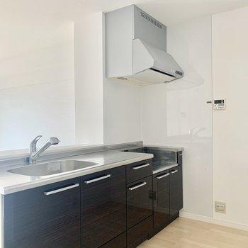 幅のあるゆったりキッチンルーム。