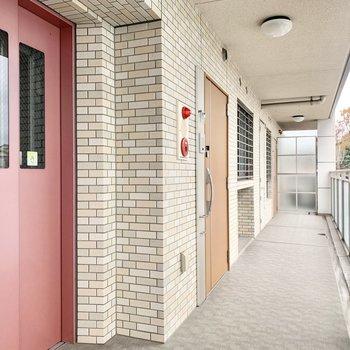 レンガデザインにピンクのエレベーターが映える♪