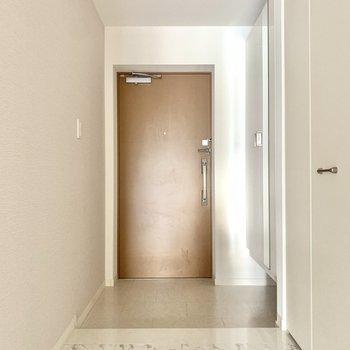 スッキリとした玄関。シューズも並べておけます。