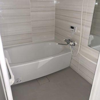 お風呂は浴室乾燥機付いてます♪(※お部屋は通電前のため、フラッシュ撮影してます。)