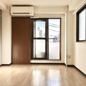 2面採光の明るい空間◎※写真は3階類似間取り・別部屋のものです