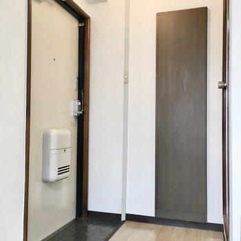 玄関は小さめです。※写真は3階類似間取り・別部屋のものです