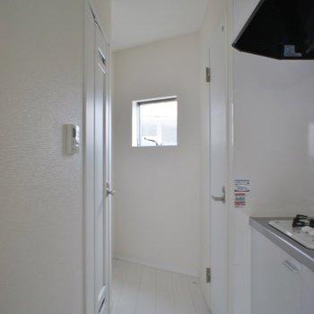 玄関からキッチンは見せません。※写真は303号室のもの