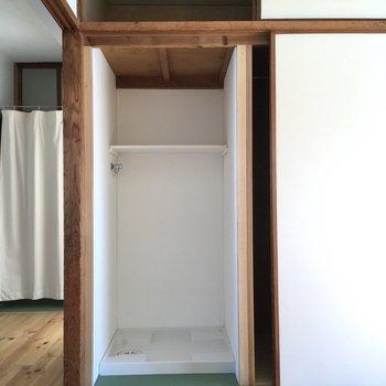 隣のドアを開けるとなんと洗濯機置き場になっていました。